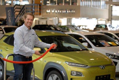FREMTIDEN: – Det er mange som ikke vet om de skal ha diesel, bensin, hybrid eller elbil. Politikerne har gjort folk usikre. Vår nye tjeneste kan føles som en trygg havn for mange, sier daglig leder i Gjermundsen Auto, Gunnar Gjermundsen.