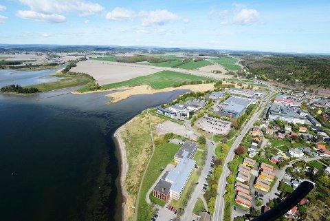PLANER: Det er i området ved skolen i midten nederst på bildet, bobilparkeringen ved siden av og grøntområdet ut mot sjøen at Wedel Jarlsberg skal bygge ut. Ved en eventuell utfylling, må han søke på nytt.