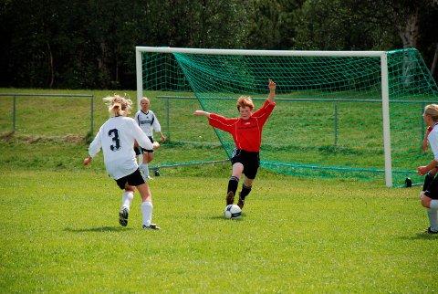 STRENGT: Fotballgruppa i Røros IL starter opp igjen med organiserte treninger på Øra stadion, men spillerne må holde god avstand.