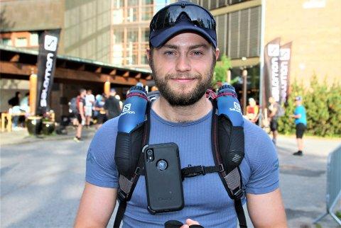 Håkon Nesteby er i gang med å løpe de 520 kilometerne mellom Oslo og Bergen. Han skal tilbakelegge en distanse som tilsvarer 12 helmaratonløp.