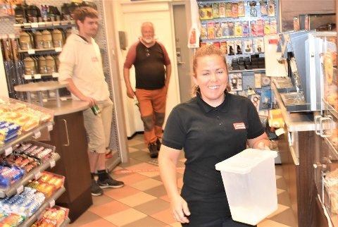 TRAVLE SOMMERDAGER: For Annette Sundsbakk og de andre ansatte ved Cirkle K i ALvdal er det meget hektiske dager og en sommertrafikk som er omtrent på fjorårsnivå.