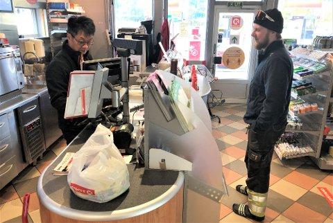 SISTE KAFFEKOPPEN: For Mathias Nygård er nå siste kaffekopp kjøpt på Circle K på Kvikne. Torsdag kveld stenger Terje Hylen (til venstre) dørene. For godt, for hans del.