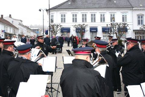 En taktfast tropp spilte opp på torvet i Risør i formiddag.