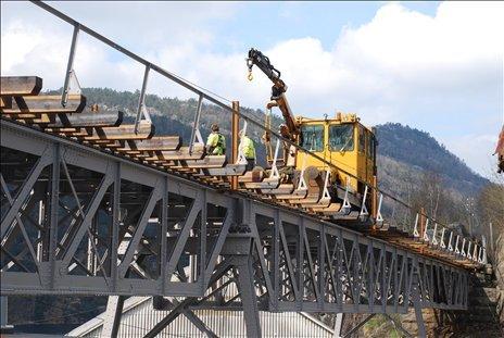 BROVEDLIKEHOLD: Selura bro ble sandblåst og restaurert for noen år siden. Nå vil Bane Nor gå over til å behandle stålbroer på Flekkefjordbanen uten sandblåsing.