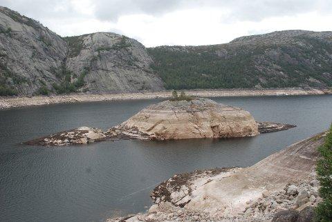 LITE VANN I MAGASINENE: Et nedtappet Homstøl-vann i nærheten av Nesjen i Kvinesdal er bare ett ekesempel på hvordan det står til i vannmagasinene for tiden. Uten en særdeles våt høst vil neppe strømprisene gå ned med det første