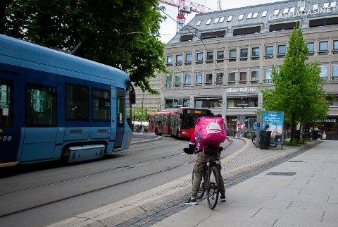 Foodora og Wolt har stor pågang 18. mai, «dagen derpå» grunnlovsdagen. En Foodora-syklist tar seg en pustepause ved Oslo domkirke.