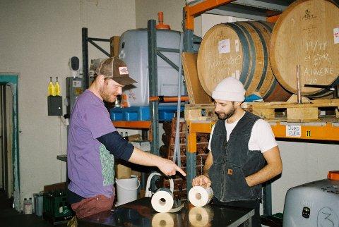MICHELIN: Initiativtaker Martin Bech Ravn (venstre), Kelsey Matheson (høyre) og Steffen Skau-Linnert brygger sider i verdensklasse på et lite bryggeri på Furuset.