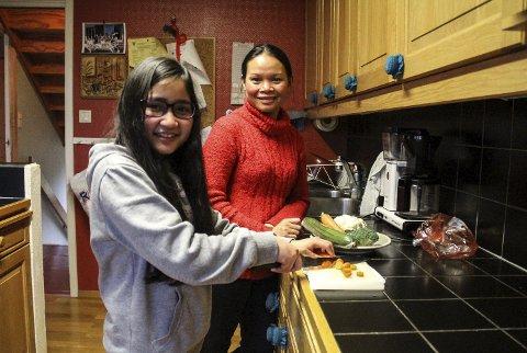 TRIVST PÅ KJØKKENET: Nussanat og Jenjira liker å laga mat, og bruker grønsaker dyrka i eiga hage. – Det beste eg veit er steikt laks, fortel Jenjira (18). alle foto: Irene bratteng jenssen