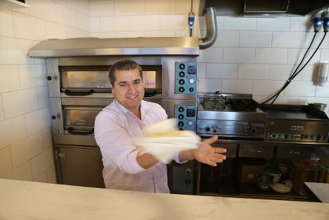 Den nye restauranteigaren Kadir Yildiz meiner folket på Manger har tatt han imot med opne armar.