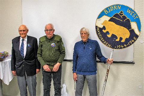 DRAMATISK: Det var nære på at Matre hadde vorte eit nytt Telavåg, seier Bjørn West-veteran Halvard Fosse. Her saman med dei to andre veteranane på 75-årsmarkeringa, Sverre Sivertsen og Ivar Kristoffersen (t.h.).