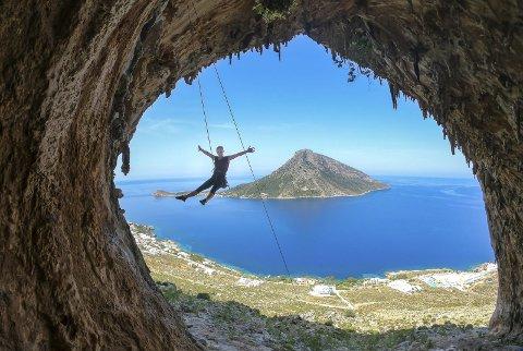 Utsikt: Noe særlig bedre utsikt enn hva man får i Grande Grotta på Kalymys er det ikke mulig å få. 5c+