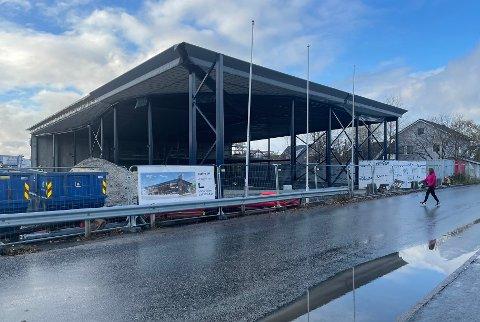 Byggingen av bilhallen i Påls vei går etter planen. Nå har taket kommet på plass.