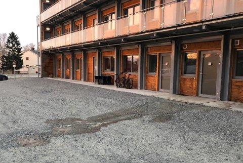 Det var synlige spor etter voldsepisoden i leilighetsbygget i Fauske tidligere i år. Foto: Michael Jensen Olafsen