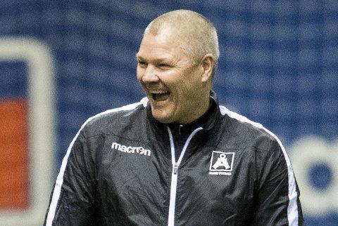 Mons Ivar Mjelde er vant til fullt trøkk på Stadion under 16. mai som Brann-trener. Nå må Åsane konkurrere om publikums gunst på fotballens festdag.