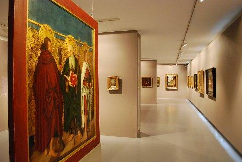 I utstillingen «Bergen og verden – 1400 – 1900» finner vi den eldste kunsten i Kodes samlinger. Deler av utstillingen er ferdig oppusset og her kan vi se et utdrag av den. Flere verk som ikke har blitt vist før er tatt frem i lyset og veggene rundt er malt i nye farger. Omvisningen som foregikk palmesøndag måtte deles i to puljer da flere enn forventet dukket opp. Utstillingen har 79 malerier og av dem hele 30 portretter.