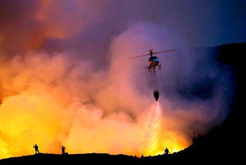 Flere kommuner ønsker ikke å gå inn i nye Vest brann- og redningsregion. Bildet viser store mannskaper fra Brannvesenet og Sivilforsvaret som kjempet mot flammene i skogbrannen på Kausland i Sund kommune i mai 2012.