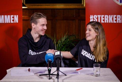 Maren Mjelde og Stefan Johansen skriver under på den historiske likelønnsavtalen mellom landslagsspillerne.