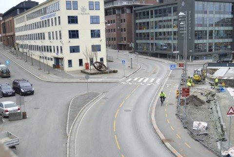 Ett av de aller travleste punktene hvor jobbsyklister møter biltrafikken i Bergen. Sykkeltraseen like ved Legevakten skal flyttes noen meter lenger inn mot fortauet (t.h.) for å gjøre det enklere å manøvrere syklene og dessuten får bedre oversikt over trafikkbildet. (Foto: TOM R. HJERTHOLM)