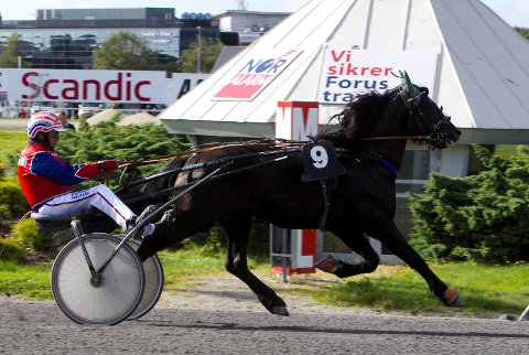 Lille Jerkeld sto for en herlig prestasjon da hesten vant et V75-løp på Forus lørdag ettermiddag. (Foto: Hesteguiden.com)