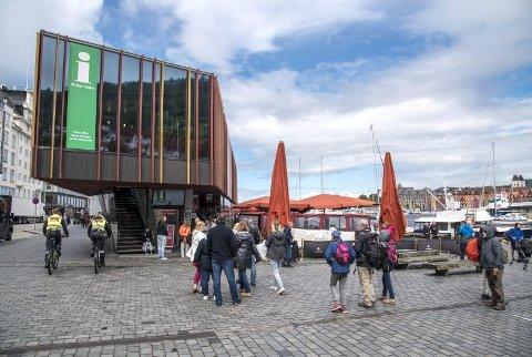 Turistinformasjonen holder til i andre etasje i Mathallen på Torget og er åpen alle dager fra klokken 08.30 til 22.00. De hjelper deg gjerne med tips om du vil være turist i egen by i sommer.