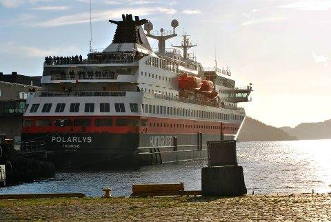 Hurtigruten driver skipsrute fra Bergen til Kirkenes.