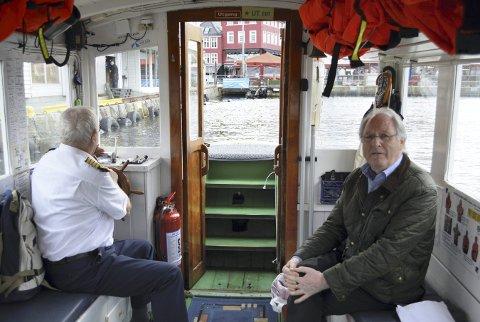 Skipper Ingvald Arnt Knutsen (80) og eier Terje Johan Skjelbred (t.h.) om bord i MF «Vågen» på vei inn til Torget etter turen fra Tollbodkaien og Nordneshalvøyen. (Foto: TOM R. HJERTHOLM)