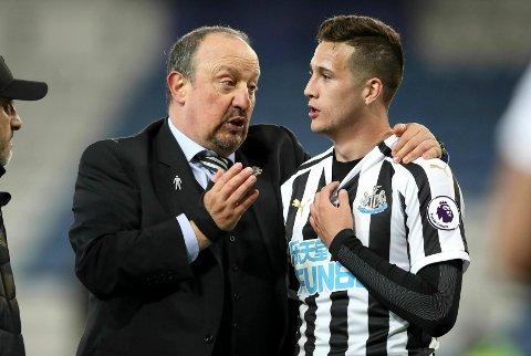 Rafael Benitez gir sine instrukser til Javier Manquillo i forrige lørdags bortekamp mot Leicester. (Nick Potts/PA via AP)