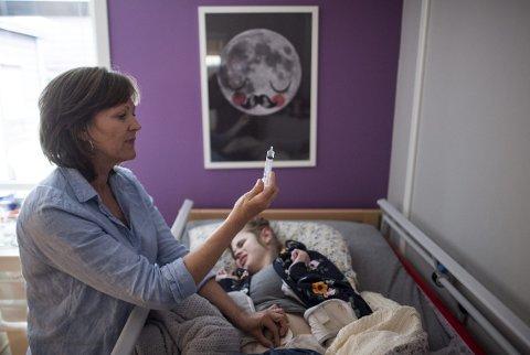 Sondemat: Tone-Birthe (55) er ikke bare mamma, men også sykepleier. Mathilde (16) har hatt fordøyelsesvansker siden hun ble født. ALLE FOTO: EMIL WEATHERHEAD BREISTEIN