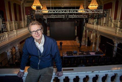 Lars Lillo-Stenberg står ytterst sjelden på en scene uten gitarene i hendene. Det gjør han imidlertid i høst når Hordaland Teater setter opp den svenske publikumssuksessen «Min Venn Fascisten» i samarbeid med Teater Ibsen. Det er Finn Tokvam som har oversatt stykket.