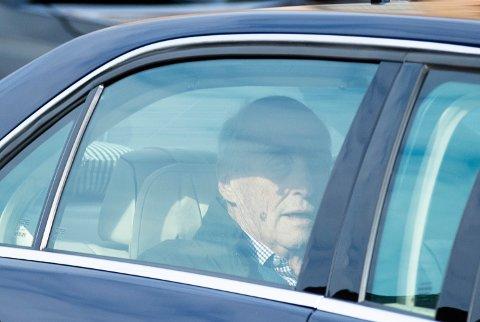 Kong Harald ankom like før klokken 17 torsdag Rikshospitalet.