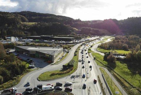 Dagens E39 mellom Vågsbotn og Nordhordlandsbrua er sterkt trafikkert og prega av kork og kø i rushet.