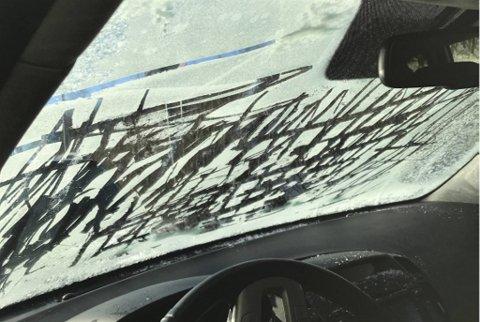Slik så frontruten ut da bilføreren ble stoppet av politiet utenfor Kjøkkelvik skole lørdag ettermiddag.