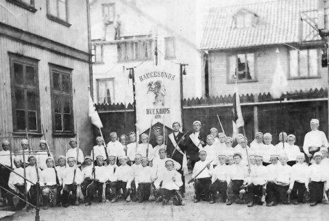 Vi behøver ikke dra lenger enn til Haugesund, så dukker dette bildet opp. Dette er en staselig gjeng i Haugesunds Buekorps, og bildet er tatt rundt 1897.