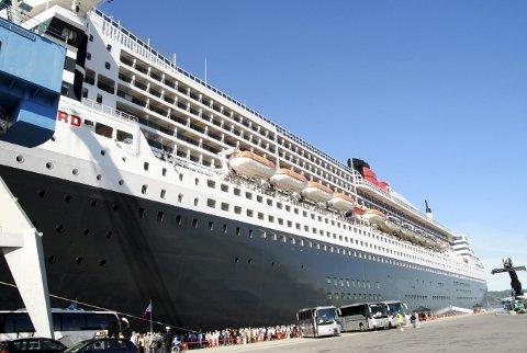Cruisetrafikken har alltid vært omfattet med mye diskusjon, og i de senere årene har en stilt spørsmål med om antallet cruisepassasjerer og båtenes størrelse. Her et eksempel på begge deler, Queen Mary 2 på 148 000 bruttotonn, og de mange tusen passasjerene som går i land for å oppleve Bergen. Foto: TOM R. HJERTHOLM