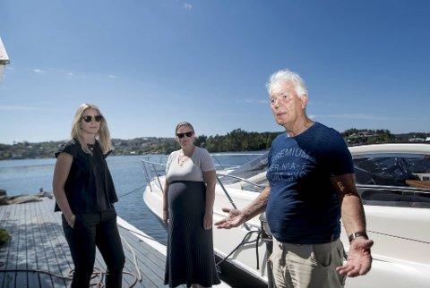 Arvid Johannesen sammen med Cathrine Tvedt Lorentzen og Ingrid Sævold Moe (th) fra Harris advokatfirma på bryggen som kommunen mener er ulovlig.