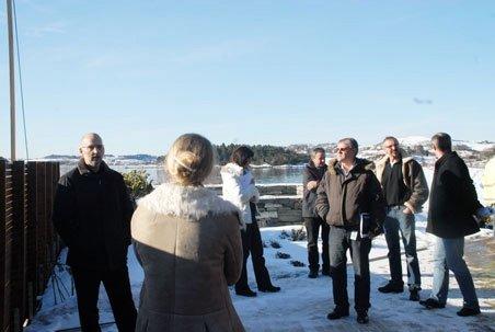 Politikerne dro ut på befaring til Vestre Åmøy før de ga nok en dispensasjon i Hamrane boligfelt. ()
