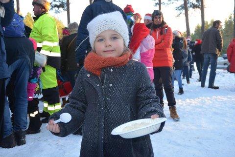 Othilie Rosalia Jokerud (4) kjørte juletog på Krøderbanen, spiste julegrøt på Kløftefoss og fikk med seg julegrantenning på Krøderen stasjon.