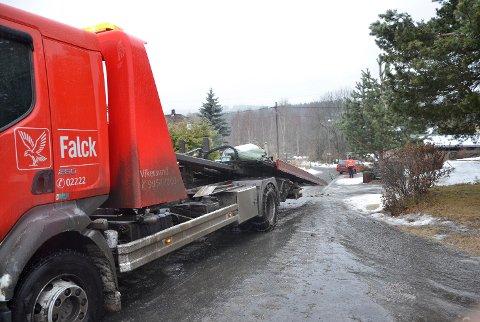 Mange har vært nødt til å få hjelp til å få bilen tilbake på veien. Underkjølt regn gjør det såpeglatt over alt denne tirsdagen.