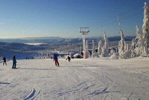 VINTER: Det ligger en meter natursnø terrenget og alle heisene på Norefjell går –  de neste dagene forventes det at 15.000 julegjester ankommer destinasjonen.