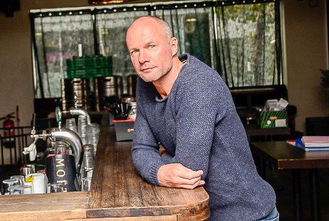 BER OM RÅD: – Jeg vil gjerne vite hvordan folk vil vi skal driver Bar 22, for vi ønsker ikke å måtte sette kroken på døra, sier Jørre Kjemperud