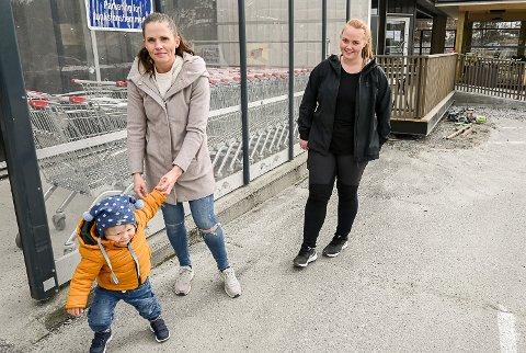 BARNEHAGE: Barnehageplass i nabolaget er det viktigste for Cathrine Thorvaldsen (t.v.) sammen med sønnen Andreas Thorvaldsen Finnerud og Maria Gunnerud.