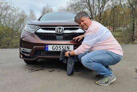 MANGE LER: Når Stefan Åbye Nilsen kommer med sin Honda og «Gossin» på skiltet.