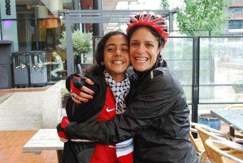 LANG REISE: Alin (13) har reist fra flyktningleir til Norway Cup. Nå er hun i Drammen for å møte sykkelgruppen som donerte penger til turen.