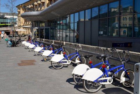 Byskler utenfor Jernbanestasjonen i Drammen klare til bruk.