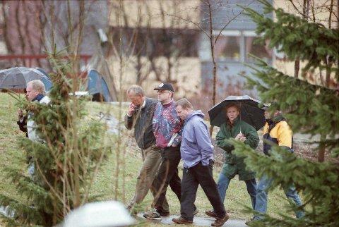 PÅ FJELL: Drammens Tidendes fotograf Sven-Erik Røeds bilde av Thomas Quick på befaring sammen med politi og pleiere på Fjell før rettssaken om drpaet på Therese.
