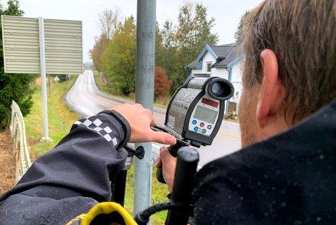 Utrykningspolitiet hadde kontroll på fylkesvei 120 i Kirkebygda i dag.