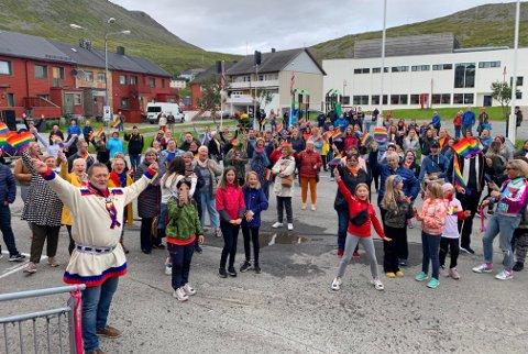 STORMENDE JUBEL: Et lite folkehav var på plass for å feire den første offisielle Pride i Nordkapp kommune.