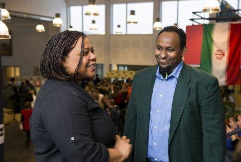 FORTELJINGAR: På internasjonal dag fortalde Mariam Fahad og Abdullahi Osman Muhamud, begge tilsette ved Invandrarsenteret i Florø, sine historiar om flukta til Norge. Foto: Tarjei Langeland.