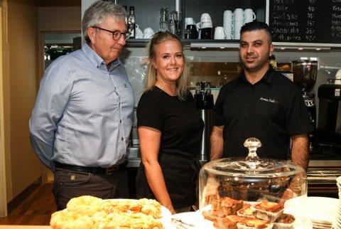 AROMA CAFÉ: F.v. eigar Bjørn Eliassen, tilsette Tonje Fimland Nordal og Ayham Kojok har tru på kafeen sin.