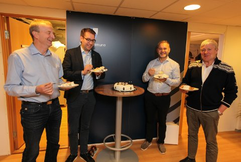 Onsdag var det kakefeiring på Ola Teigen, Jacob Nødseth, Vidar Grønnevik og Gustav Johan Nydal. Kanskje mest på grunn av at Florø lufthamn får FOT-ruter , men også med tanke på Stad skipstunnel.